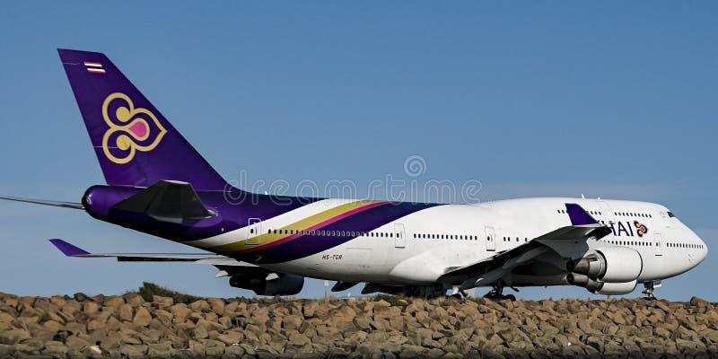 Avions sur la piste d'aéroport avec le ciel bleu Novembre 2013 austral images libres de droits
