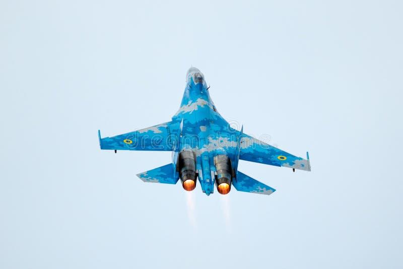 Avions ukrainiens d'avion de chasse de Sukhoi Su-27 Flanker de l'Armée de l'Air décollant avec le dispositif de postcombustion image libre de droits