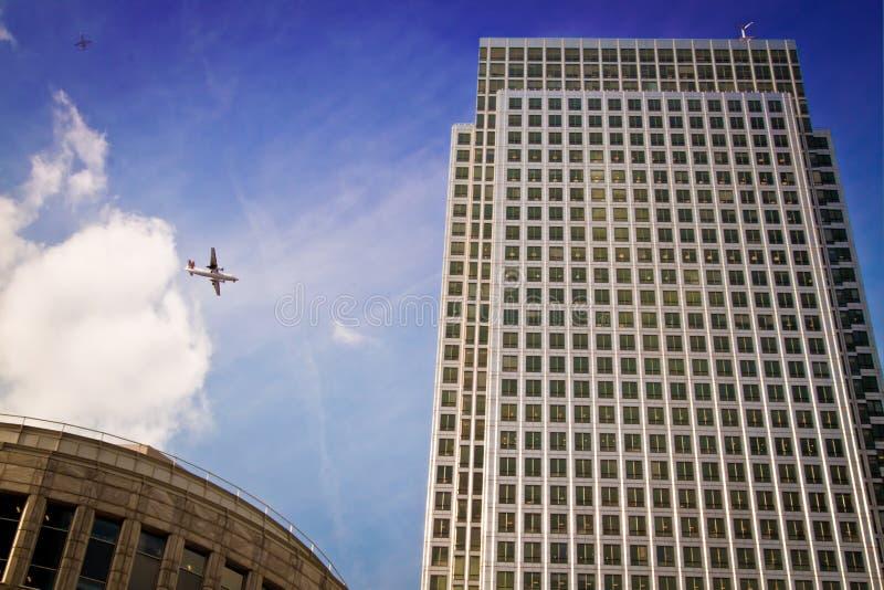 Avions volant par l'un Canada carré, Londres photos libres de droits