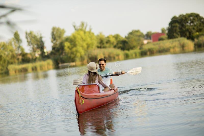 Aviron affectueux de couples sur le lac images libres de droits