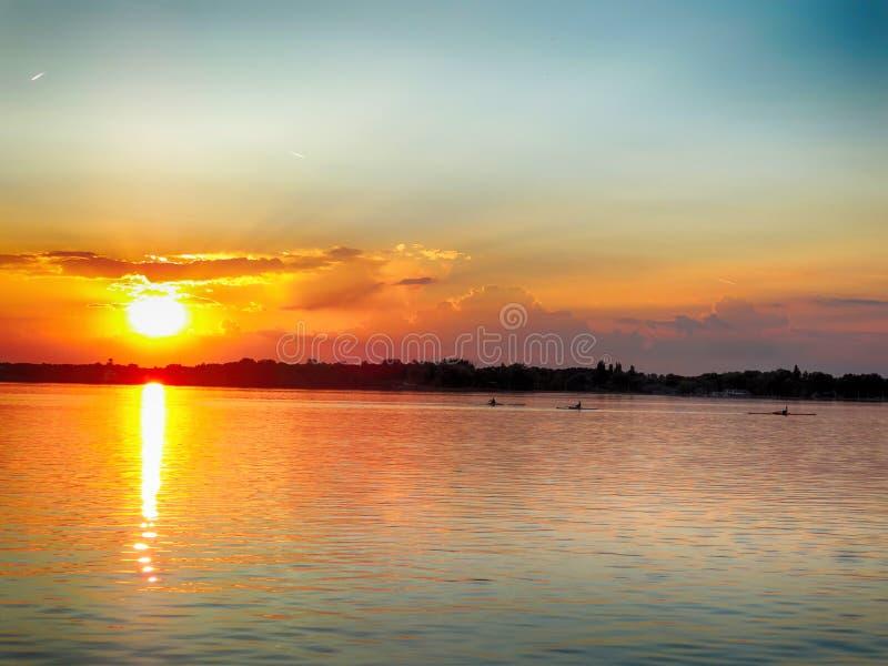 Aviron au coucher du soleil images stock