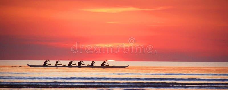 Aviron au coucher du soleil sur l'Océan Indien image libre de droits