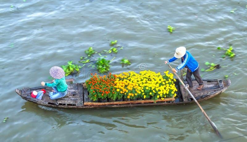 Aviron de couples sur les fleurs de vente de rivière images libres de droits
