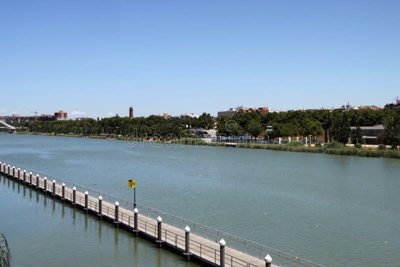 Aviron du canal pour des sports aquatiques sur la rivi?re du Guadalquivir en S?ville image libre de droits