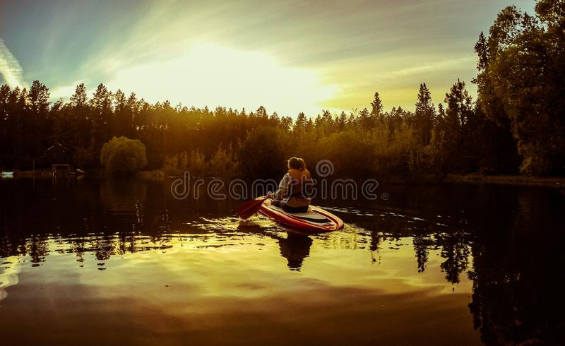 Aviron femelle un kayak ou un paddleboard dans le lac principal plat, Montana photographie stock