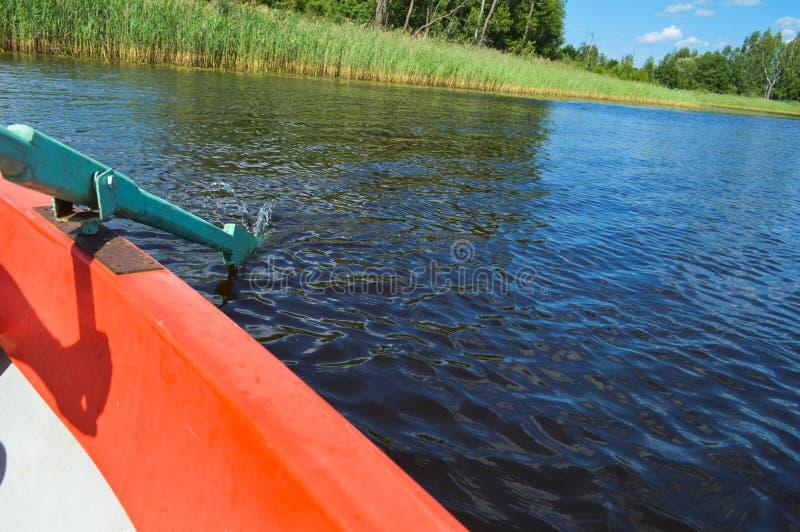 Avirons en bois pour le bateau abaissé dans l'eau sur une promenade de repos sur l'eau du lac la rivière la mer sur la nature images libres de droits