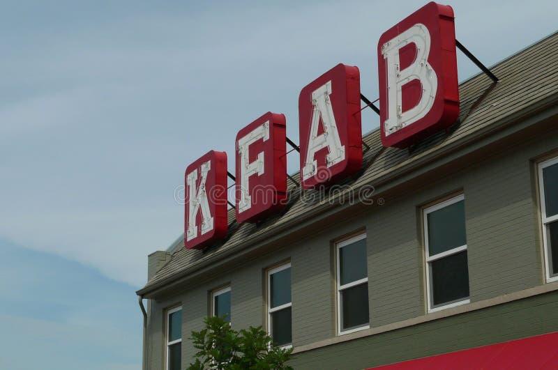 Avis d'appel de fonds de station de radio de KFAB sur le bâtiment photographie stock libre de droits