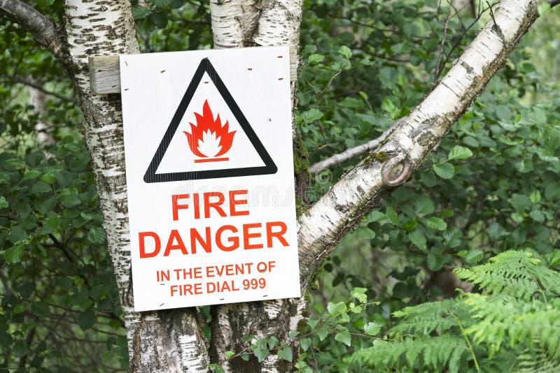 Avis de signe de danger en cas des services des urgences d'appel de feu photographie stock libre de droits