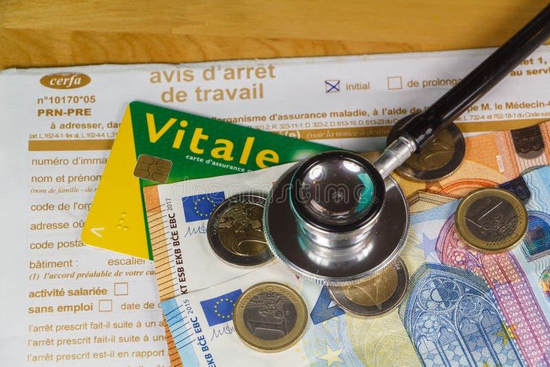 Avis médical d'arrêt de travail, carte essentielle, stéthoscope noir et argent photo libre de droits