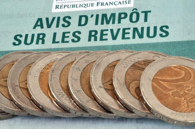 Aviso del impuesto sobre la renta escrito en francés imagenes de archivo
