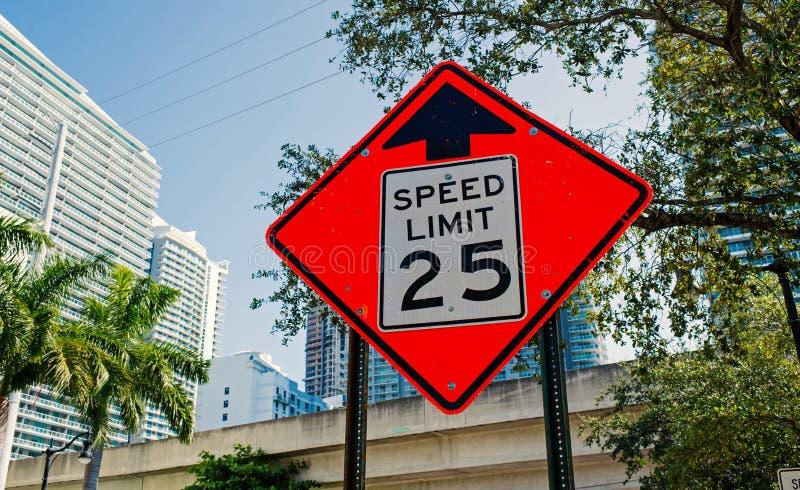 Aviso do limite de velocidade em miami, EUA Sinal de tráfego na estrada de cidade Advirta e advirta o conceito Tráfego do transpo fotos de stock royalty free
