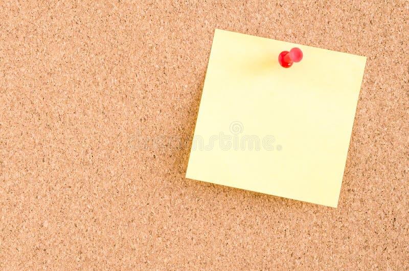 Aviso en blanco en un tablón de anuncios imagenes de archivo