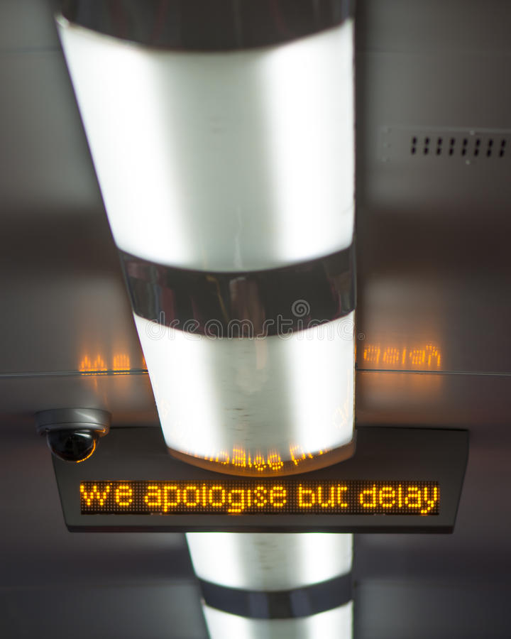 Aviso ferroviario de la disculpa y del retraso 'nos disculpamos pero retrasamos' imagenes de archivo
