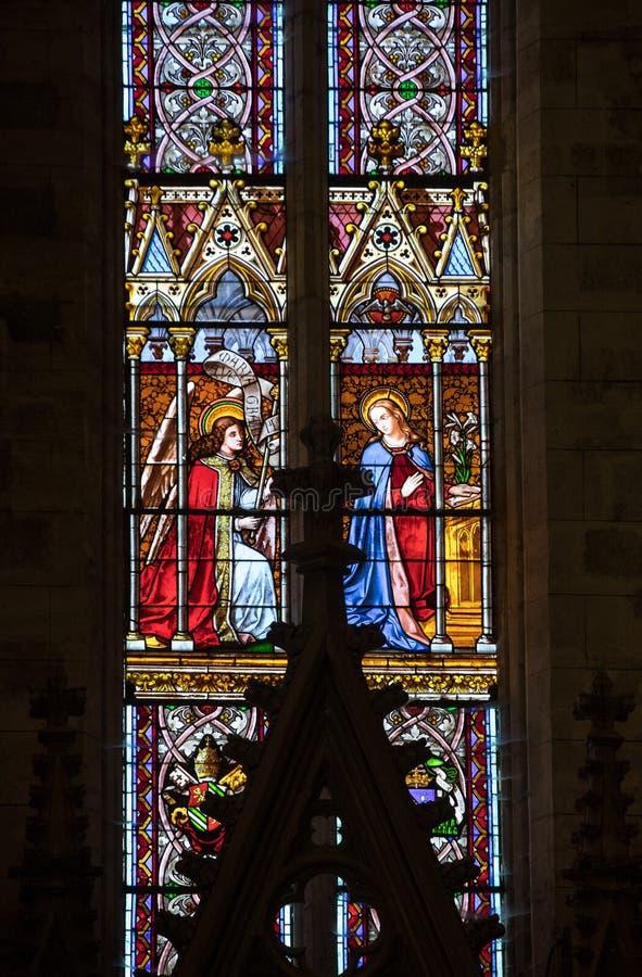 Aviso - janela de vitral na igreja de Saint Emilion, França de Collegiale fotos de stock royalty free
