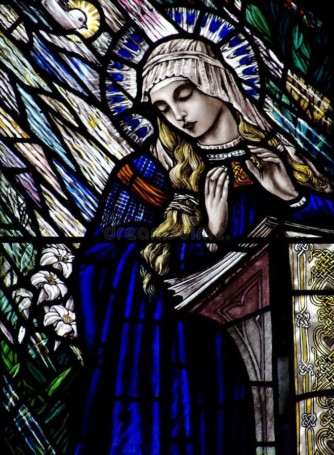 Aviso no vitral Mary, e o Espírito Santo fotos de stock