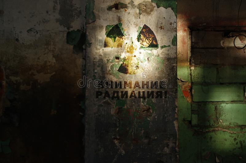 Aviso radioativo na parede velha fotografia de stock royalty free