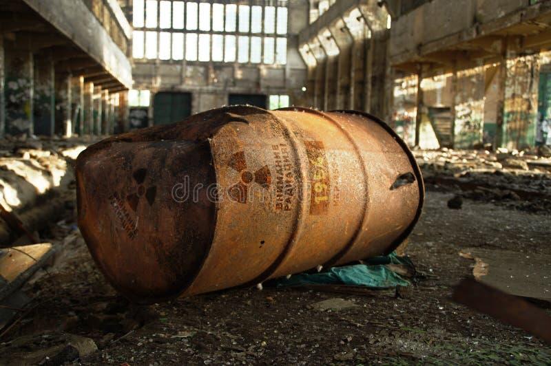 Aviso radioativo no tambor oxidado velho imagem de stock royalty free