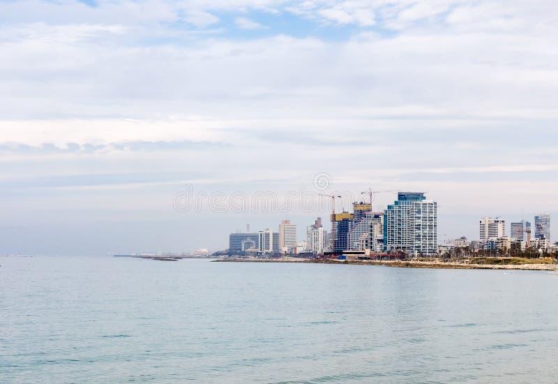 aviv以色列tel 特拉维夫散步的看法有现代摩天大楼的沿海岸 库存图片
