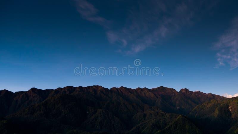 Avive la montaña de la punzada de la cacerola o de Phan XI del Si la montaña más alta de Indochina en Sapa foto de archivo
