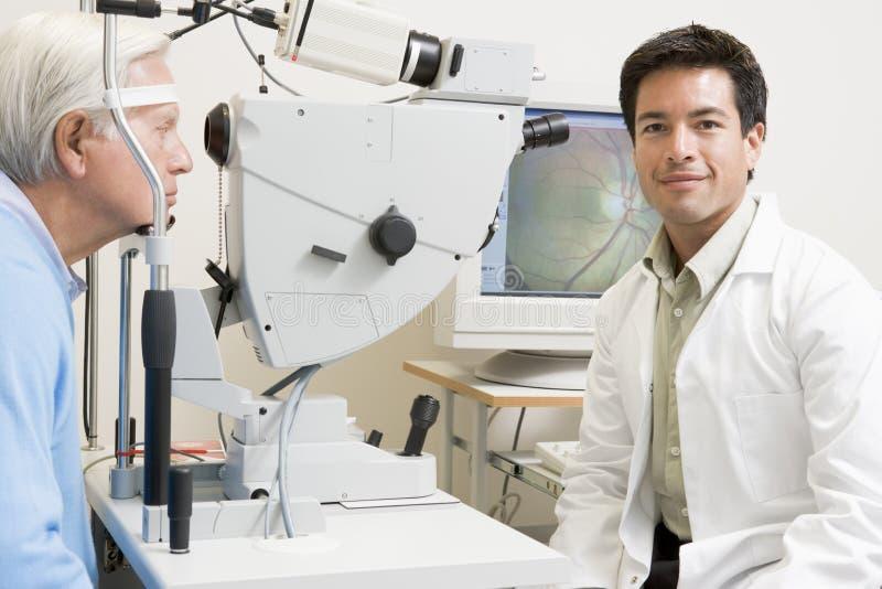 avkänn doktorsutrustningglaucoma bredvid royaltyfri fotografi