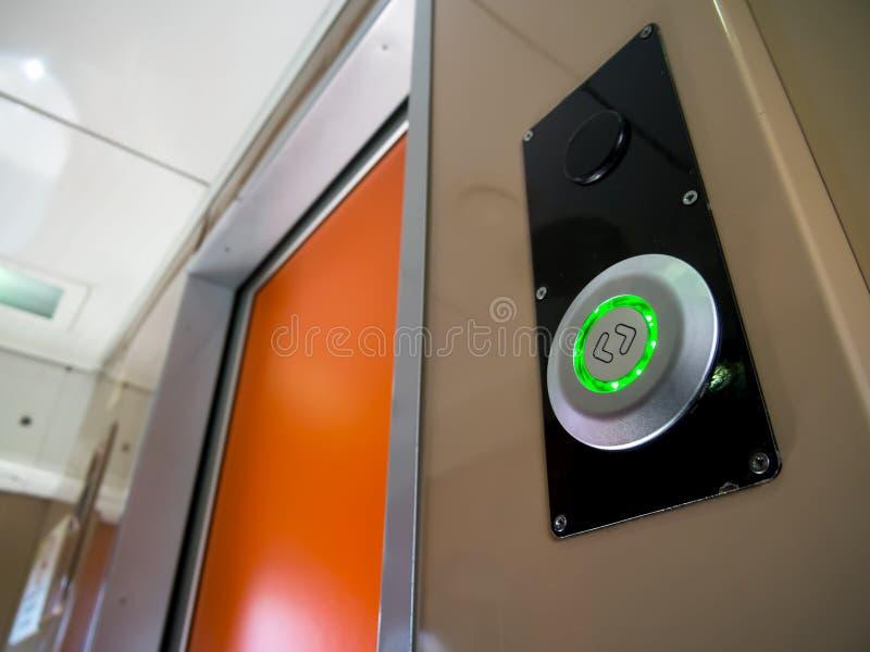 Avkännare för att öppna den automatiska ingångsdörren av drevbilen royaltyfri fotografi