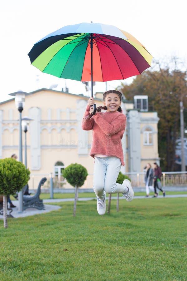 Avkänning av frihet Mångfärgat paraply för liten fri lycklig flicka Liten flicka som är fri med paraplyet Positivt lynne in fotografering för bildbyråer