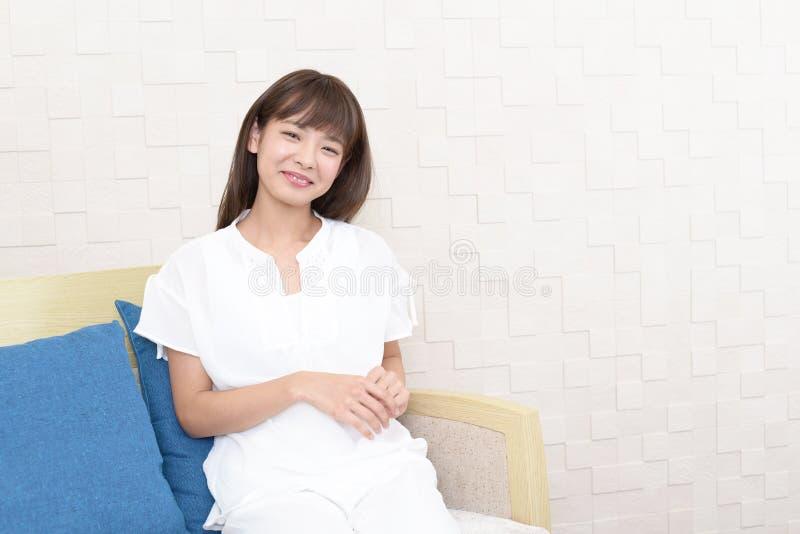 Avkopplad asiatisk kvinna arkivfoto