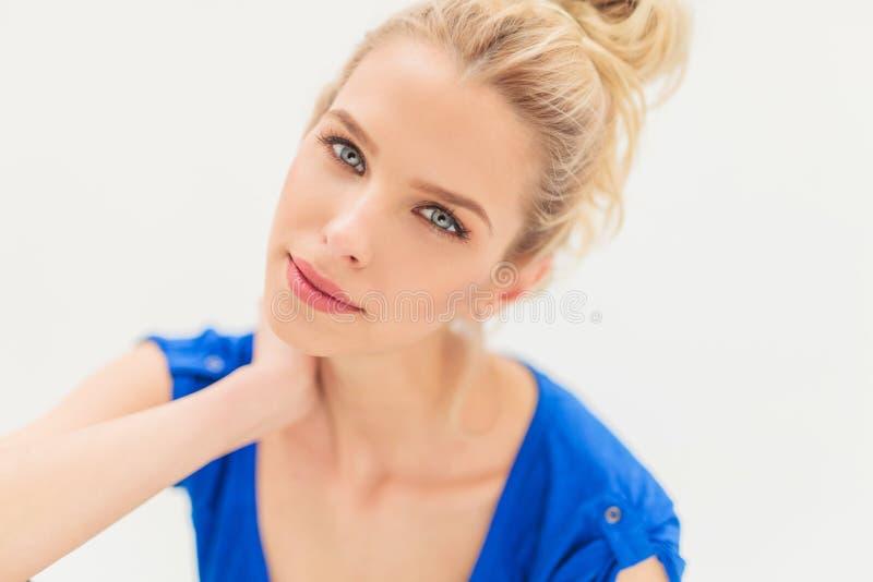 Avkopplad blond kvinna med blåa ögon arkivbilder