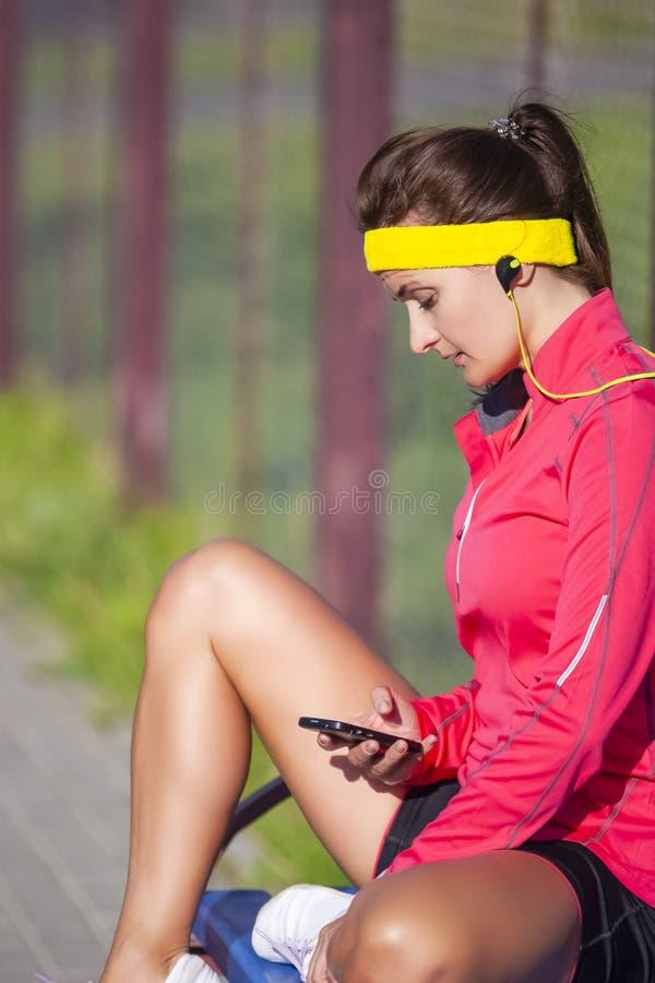 Avkopplad Caucasian idrottskvinna i dräkten för utomhus- sport som har avbrottet arkivbilder