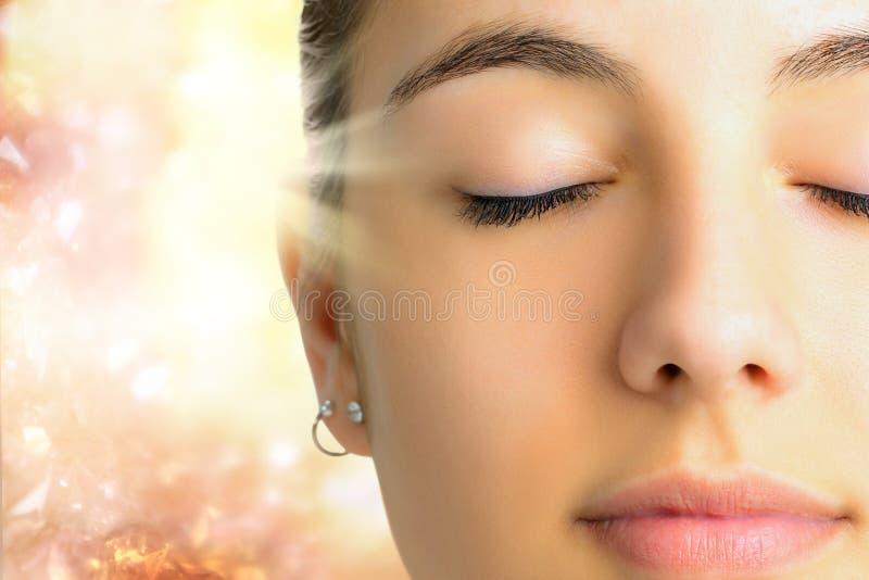 Avkopplad framsida som skjutas av att meditera för kvinna royaltyfria bilder