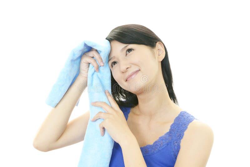 Download Avkopplad härlig kvinna. fotografering för bildbyråer. Bild av gladlynt - 37344807