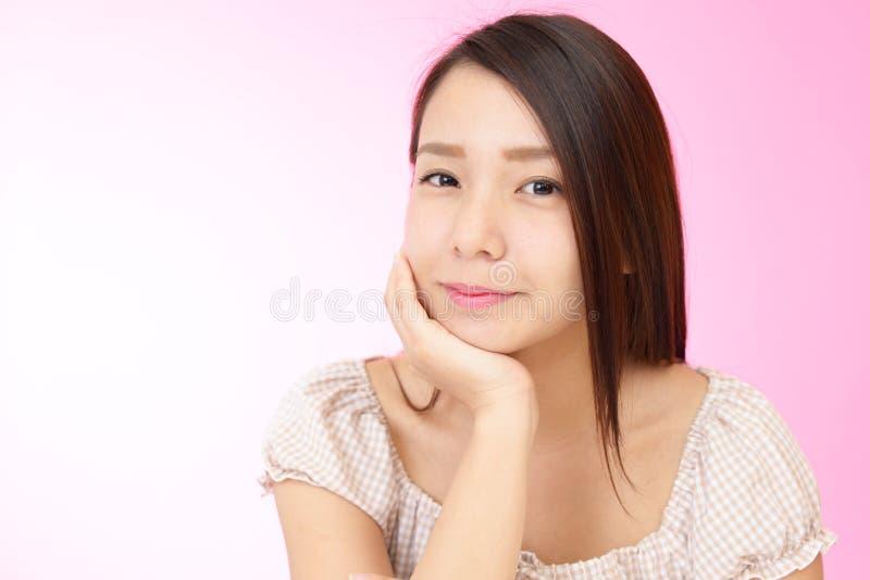 Avkopplad härlig ung kvinna arkivfoto