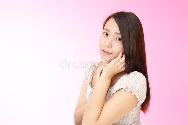 Avkopplad härlig ung kvinna arkivbild