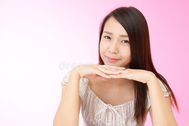 Avkopplad härlig ung kvinna arkivfoton