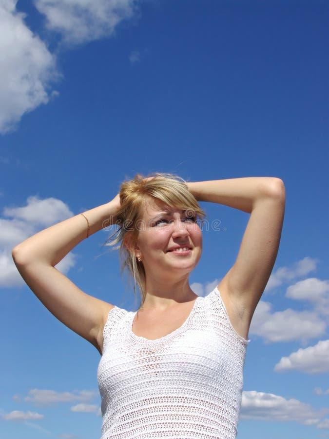 avkopplad kvinna för cloudscape arkivfoton