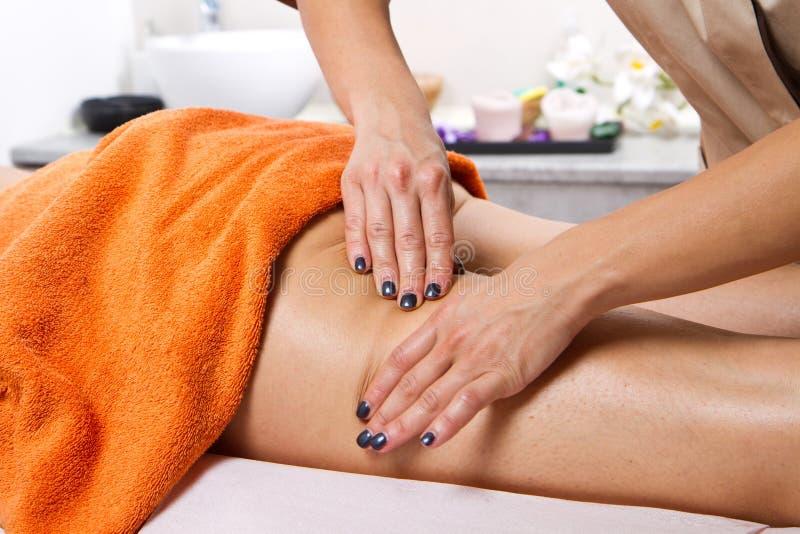 Avkopplad kvinna som har en massage royaltyfri fotografi