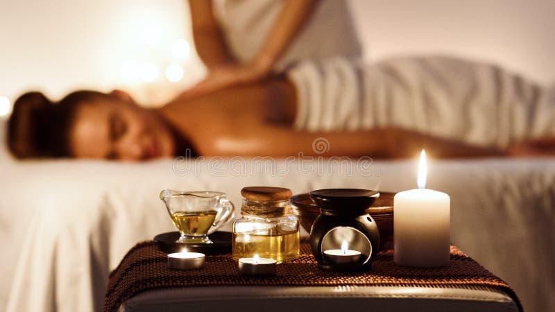 Avkopplad kvinna som tycker om aromatherapymassage i lyxig brunnsort royaltyfria foton