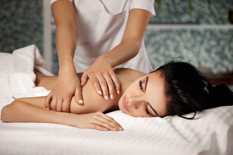 Avkopplad kvinnahälerimassage royaltyfria foton