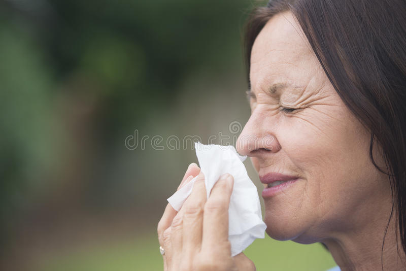 Avkopplad kvinnalidandeinfluensa eller hayfever royaltyfria foton