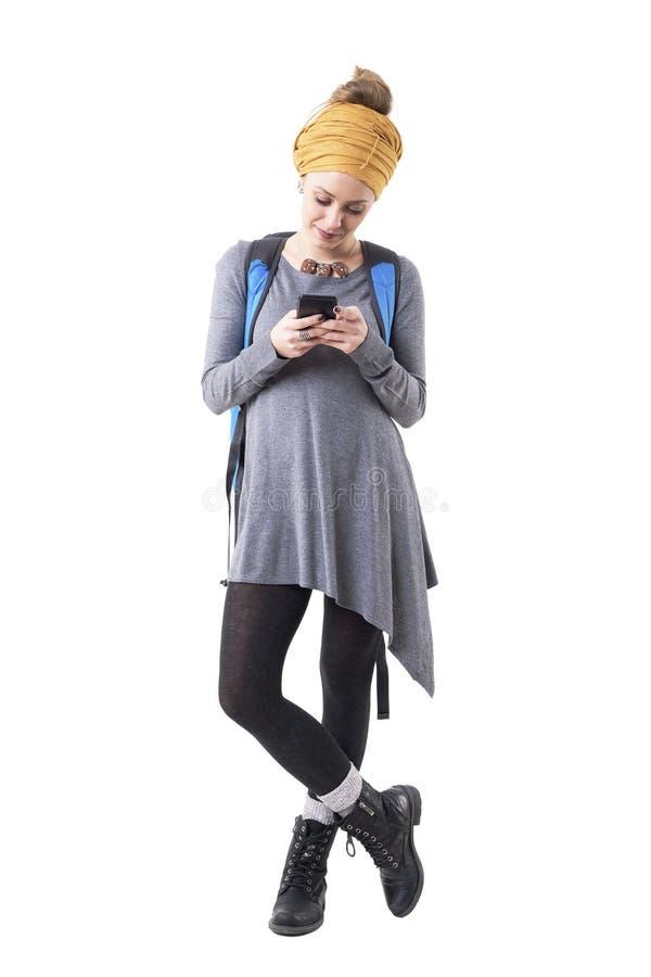 Avkopplad lycklig hipsterflickaturist som använder smartphonen som blir förbindelse med vänner royaltyfri bild