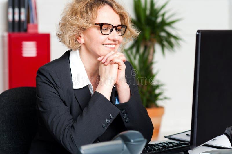 Avkopplad stående av den härliga åldriga företags kvinnan royaltyfri foto