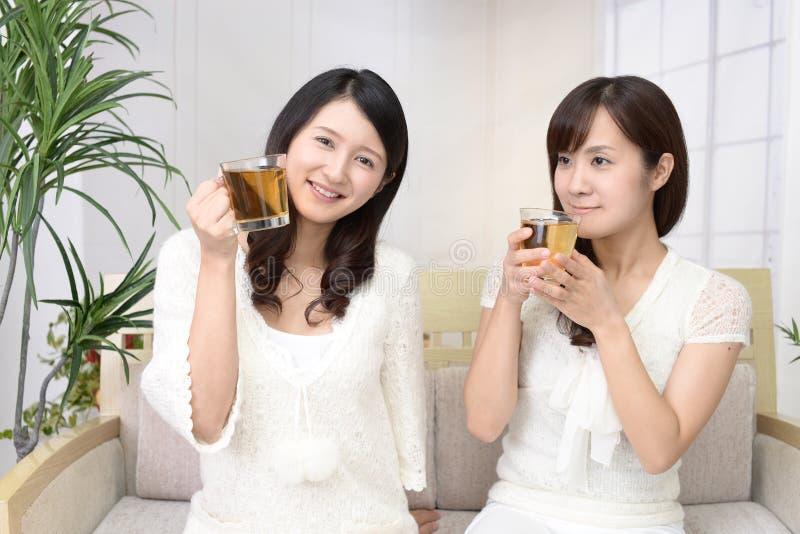 Avkopplade asiatiska kvinnor royaltyfria bilder