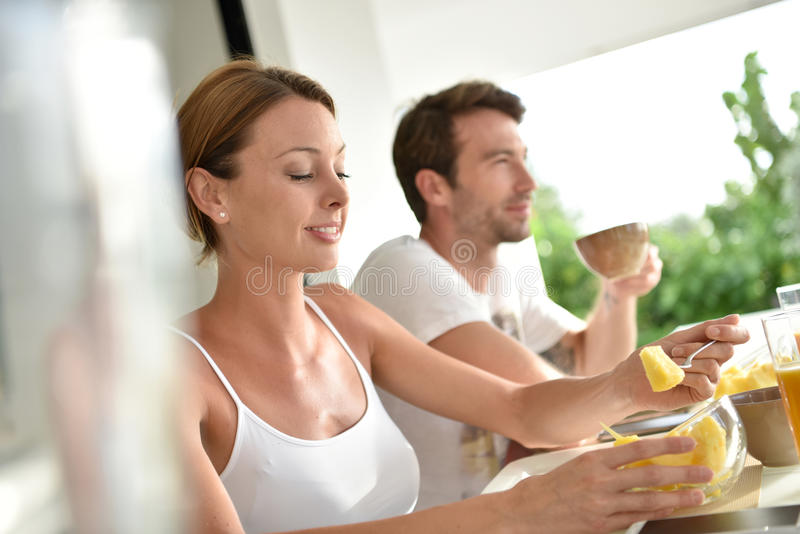 Avkopplade par som äter frukosten royaltyfri fotografi