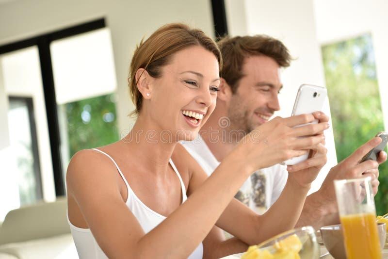 Avkopplade par som äter frukosten på ferier royaltyfria bilder