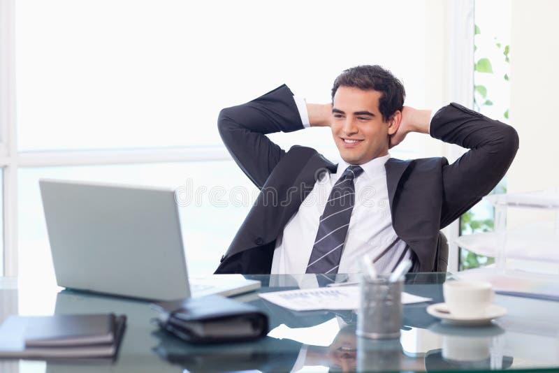 Avkopplat affärsmanarbete med en bärbar dator royaltyfria foton