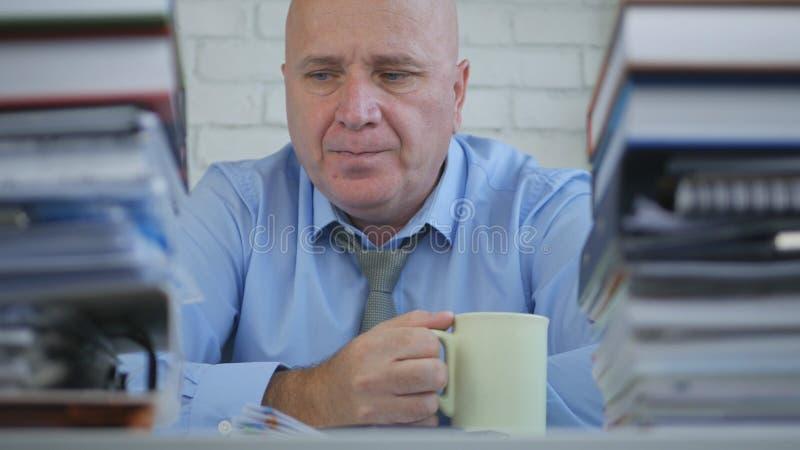 Avkopplat affärsmanDrinking Coffee i regeringsställning rum royaltyfri foto
