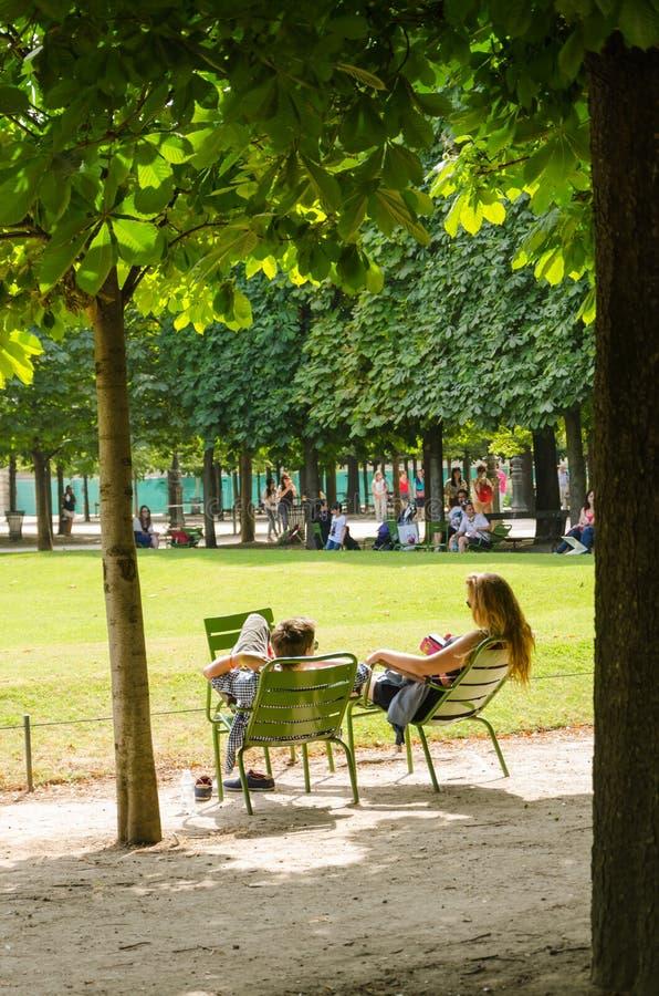 Avkoppling i de Tuileries trädgårdarna royaltyfri bild