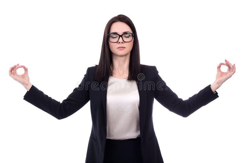 Avkopplingbegrepp - nätt affärskvinna som mediterar isolerad nolla arkivbild