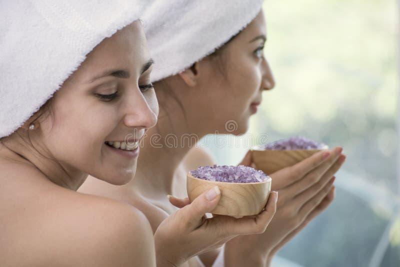 Avkopplingkvinnor med aromatiskt salt för brunnsorttillbehör skurar arkivbild