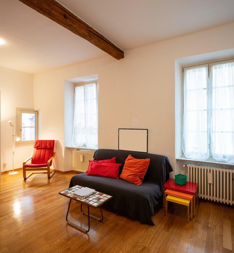 Avkopplingrum med soffan i en nyligen renoverad lägenhet royaltyfri bild